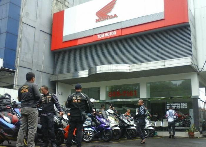 Komunitas Motor Matik Premium 'Serbu' Dealer Honda di Tebet.