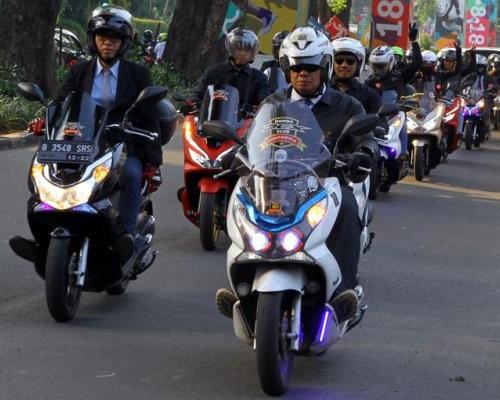 Bawa Tema PCX Scooter Ride, Komunitas HPCI Keliling Jakarta Bersetelan Jas Khas Metropolitan