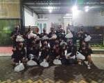 Komunitas Penggemar Honda CB Surabaya (Komphacs) Bagi Zakat Fitrah Dan Sembako